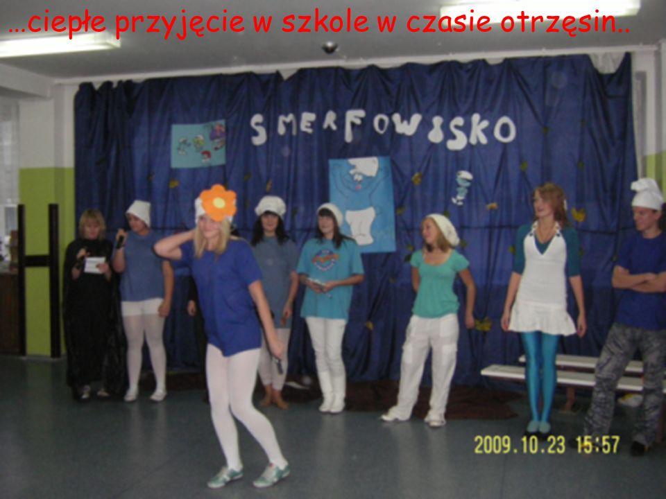 …ciepłe przyjęcie w szkole w czasie otrzęsin..