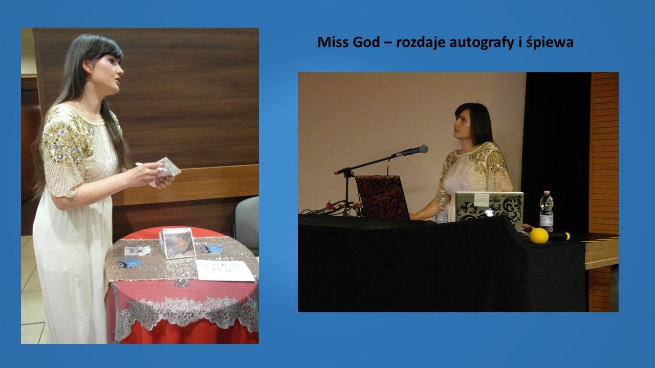Miss God – rozdaje autografy i śpiewa
