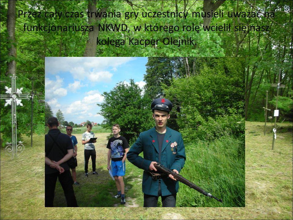 Przez cały czas trwania gry uczestnicy musieli uważać na funkcjonariusza NKWD, w którego rolę wcielił się nasz kolega Kacper Olejnik.