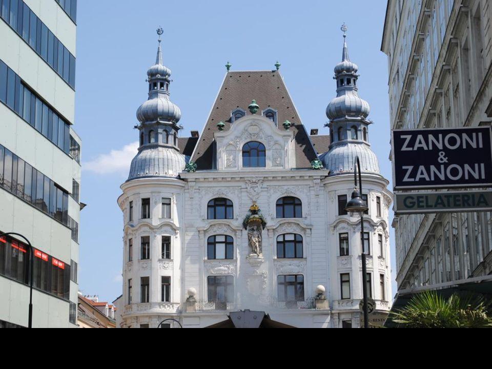 Nad wejściem wykonany z brązu i miedzi figuralny zegar Anker, zaprojektowany w 1911 r.