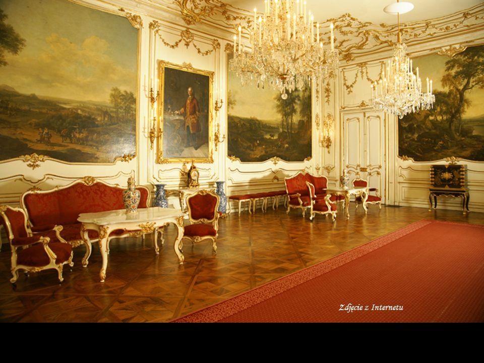 Barokowy pałac Hofburg - dawna siedziba rodu Habsburgów, mająca juz około 700 lat Obiekt jest imponujący, a jego powierzchnia przekracza 240 tysięcy m 2.