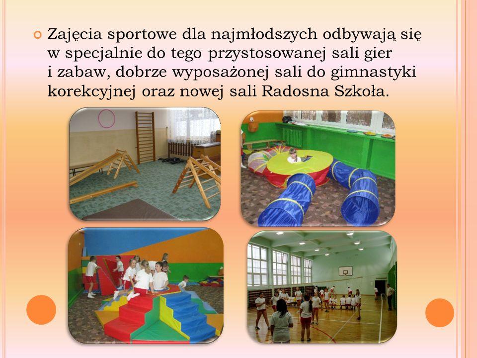 Zajęcia sportowe dla najmłodszych odbywają się w specjalnie do tego przystosowanej sali gier i zabaw, dobrze wyposażonej sali do gimnastyki korekcyjnej oraz nowej sali Radosna Szkoła.