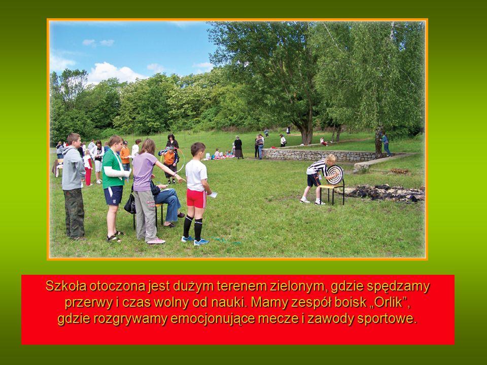 Szkoła otoczona jest dużym terenem zielonym, gdzie spędzamy przerwy i czas wolny od nauki.