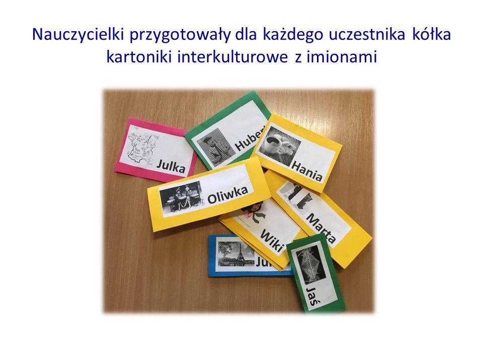 Nauczycielki przygotowały dla każdego uczestnika kółka kartoniki interkulturowe z imionami