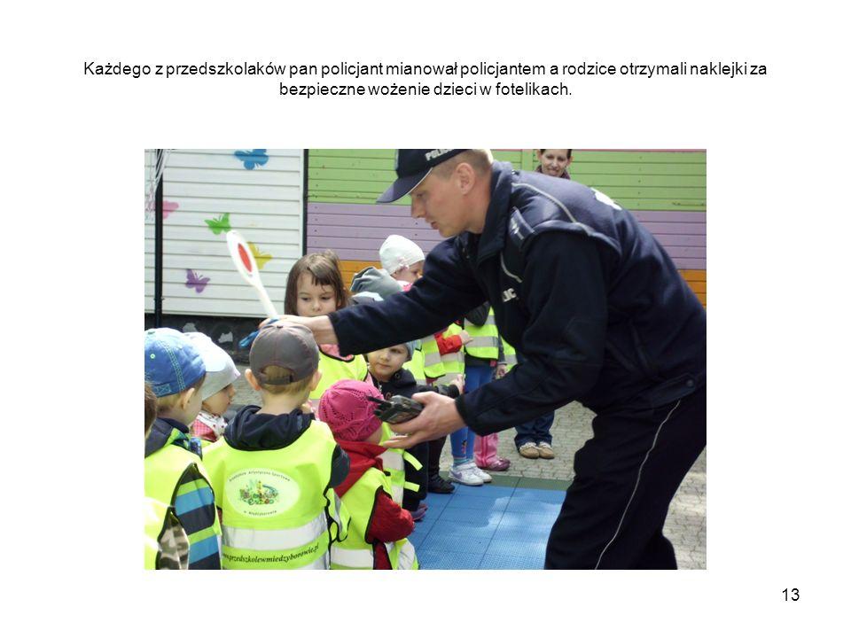 Każdego z przedszkolaków pan policjant mianował policjantem a rodzice otrzymali naklejki za bezpieczne wożenie dzieci w fotelikach.