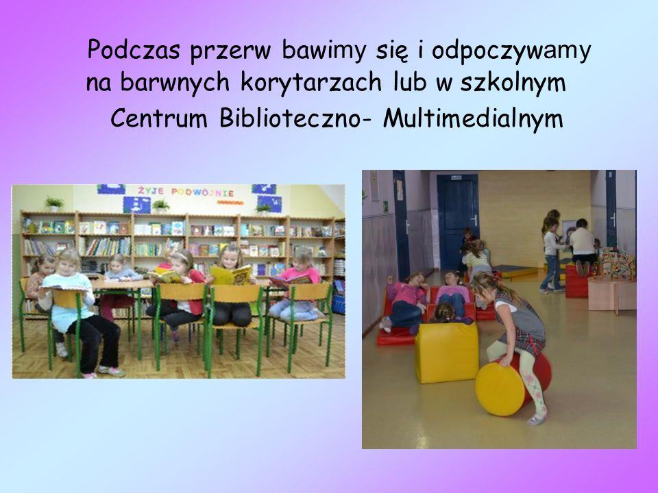 Podczas przerw bawi my się i odpoczyw amy na barwnych korytarzach lub w szkolnym Centrum Biblioteczno- Multimedialnym