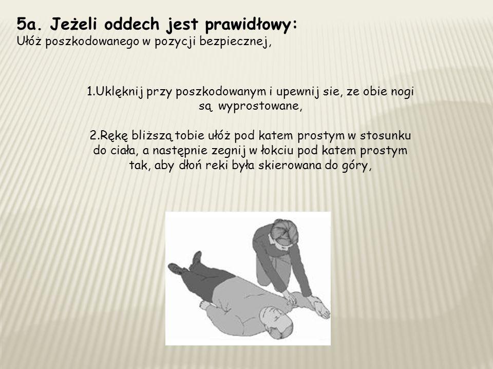5a. Jeżeli oddech jest prawidłowy: Ułóż poszkodowanego w pozycji bezpiecznej, 1.Uklęknij przy poszkodowanym i upewnij sie, ze obie nogi są wyprostowan