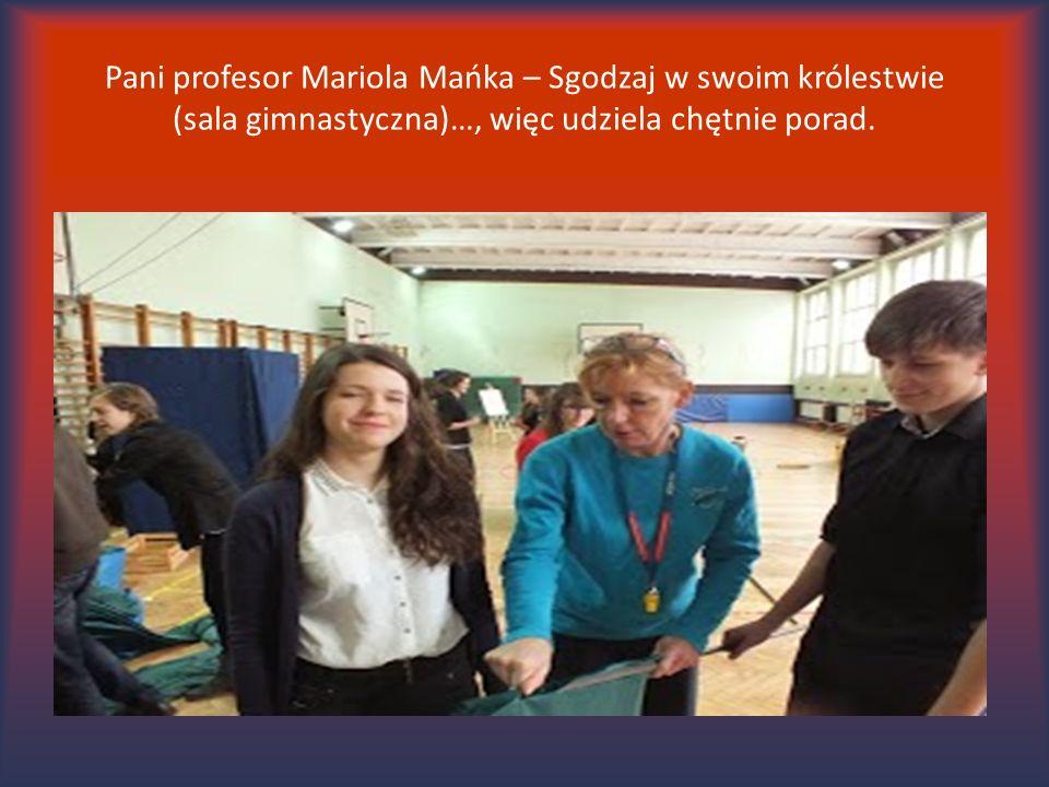 Pani profesor Mariola Mańka – Sgodzaj w swoim królestwie (sala gimnastyczna)…, więc udziela chętnie porad.