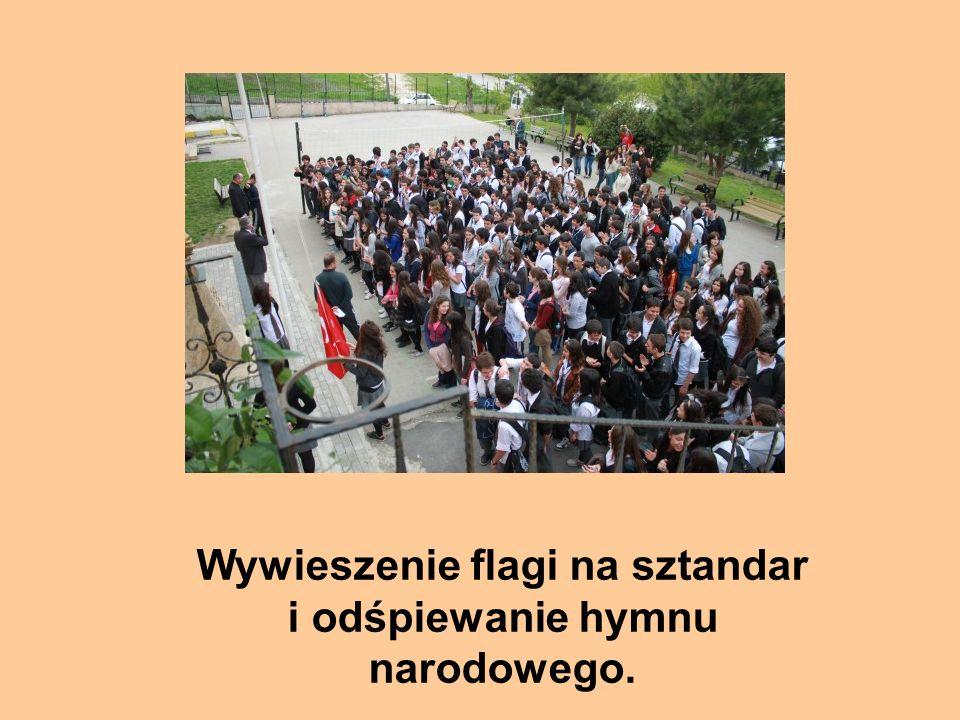 Wywieszenie flagi na sztandar i odśpiewanie hymnu narodowego.