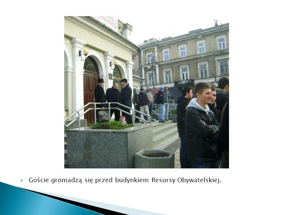  Goście gromadzą się przed budynkiem Resursy Obywatelskiej.