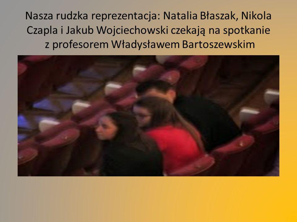Nasza rudzka reprezentacja: Natalia Błaszak, Nikola Czapla i Jakub Wojciechowski czekają na spotkanie z profesorem Władysławem Bartoszewskim