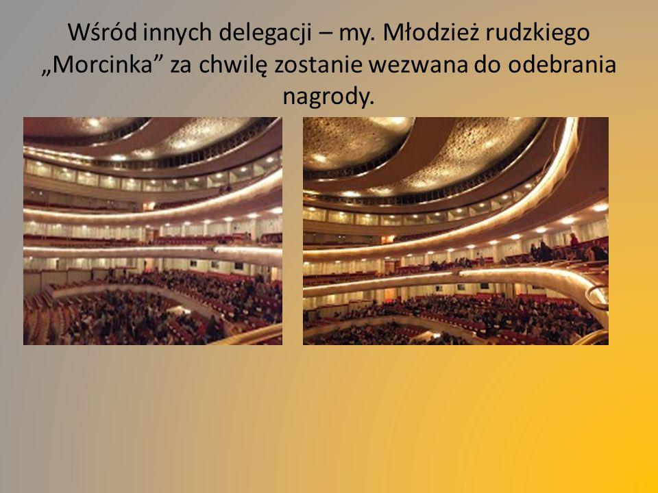 """Wśród innych delegacji – my. Młodzież rudzkiego """"Morcinka"""" za chwilę zostanie wezwana do odebrania nagrody."""