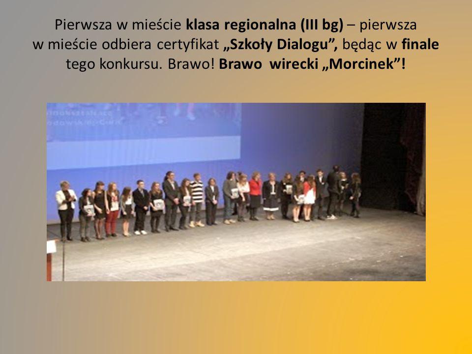 """Pierwsza w mieście klasa regionalna (III bg) – pierwsza w mieście odbiera certyfikat """"Szkoły Dialogu , będąc w finale tego konkursu."""