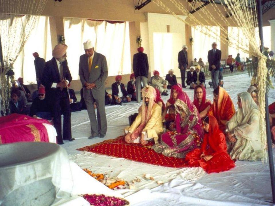 Najpierw pojawia się pan młody, siada na poduszce i czeka na oblubienicę.