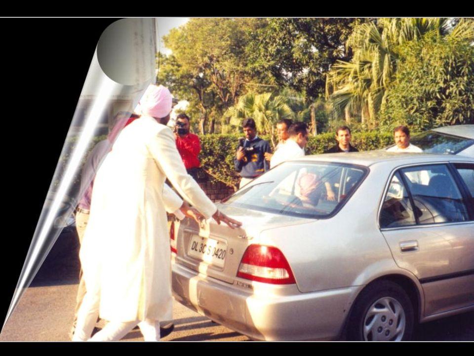 Panna młoda niesiona jest do oczekującego samochodu, którym zostanie zawieziona do domu pana młodego aby rozpocząć życie małżeńskie.