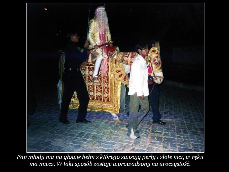 Według starej tradycji pan młody pojawia się na białym koniu w otoczeniu swojej rodziny i przyjaciół.