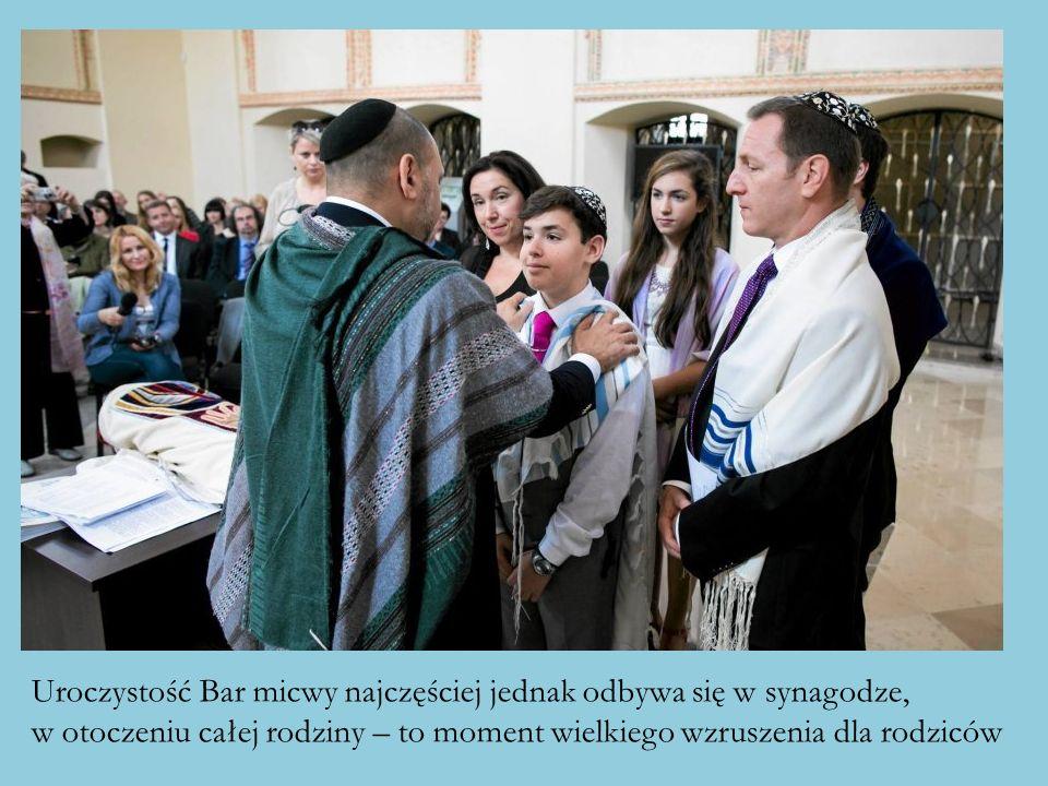 Uroczystość Bar micwy najczęściej jednak odbywa się w synagodze, w otoczeniu całej rodziny – to moment wielkiego wzruszenia dla rodziców