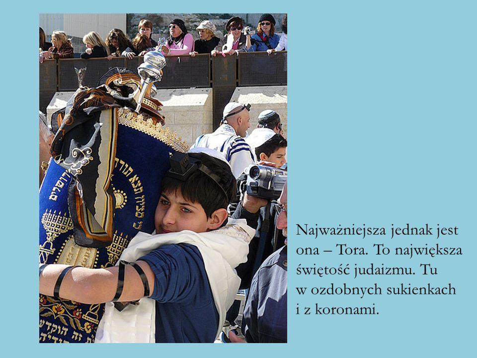 Najważniejsza jednak jest ona – Tora. To największa świętość judaizmu. Tu w ozdobnych sukienkach i z koronami.