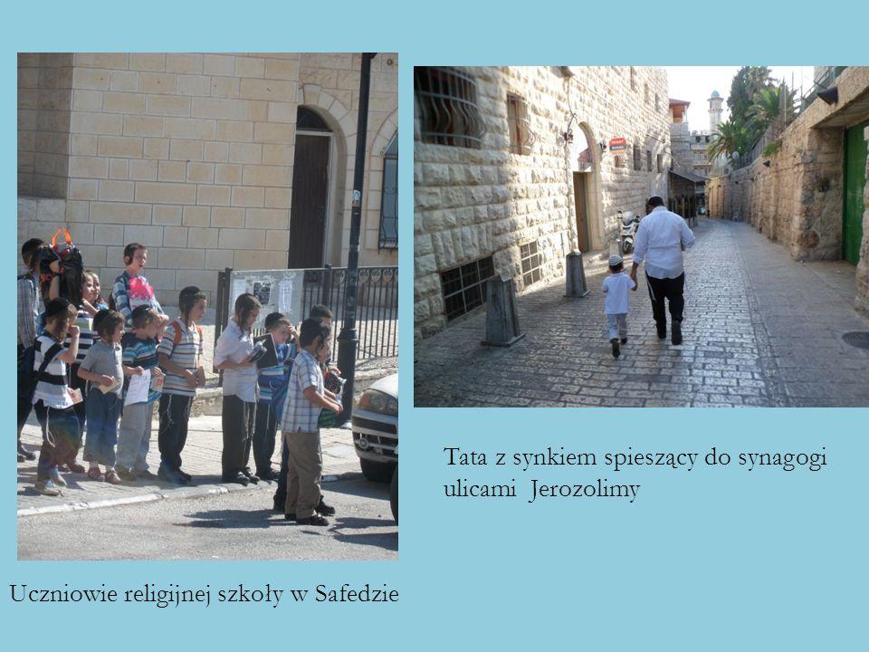 Uczniowie religijnej szkoły w Safedzie Tata z synkiem spieszący do synagogi ulicami Jerozolimy