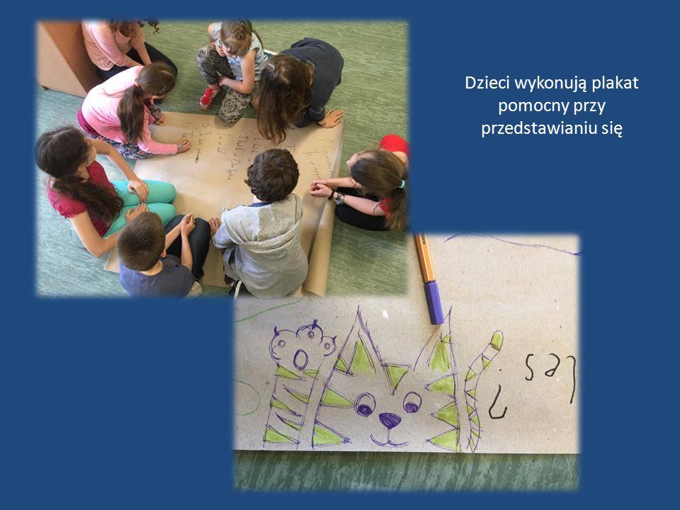 Dzieci wykonują plakat pomocny przy przedstawianiu się