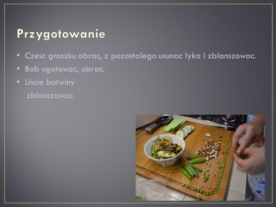 Na talerzu ulozyc kolejno liscie botwiny, kasze oraz pozostale skladniki (bob, groszek cukrowy z orzechami laskowymi, plastry cukinii, ogorek), polac oliwa z marynaty.