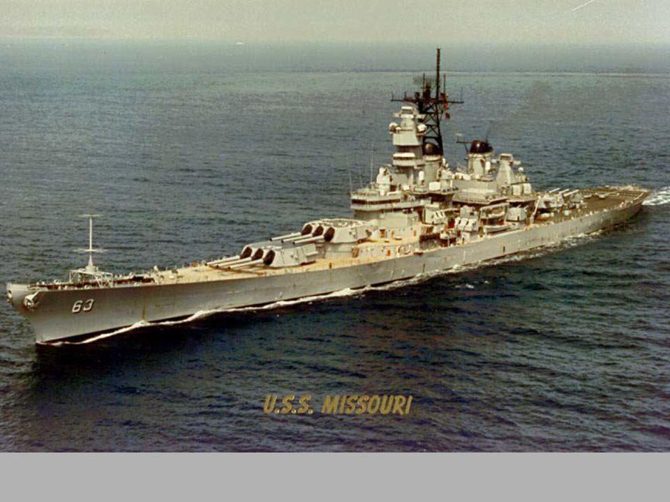 PANCERNIK MISSOURI 1944 obok niego ciężki krążownik USS Alaska, na samym dole niszczyciele