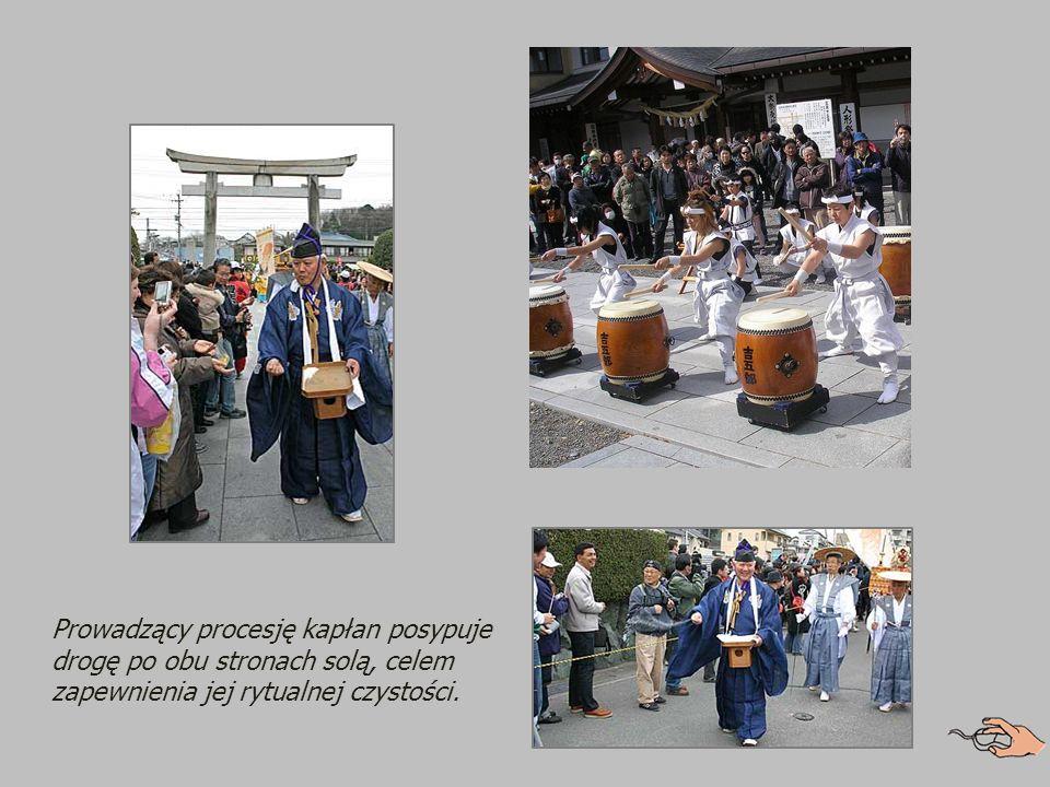 Festiwalowa procesja rozpoczyna się w odległej o jedną milę shintoistycznej świątyni Shimmei-sha lub Kumano.