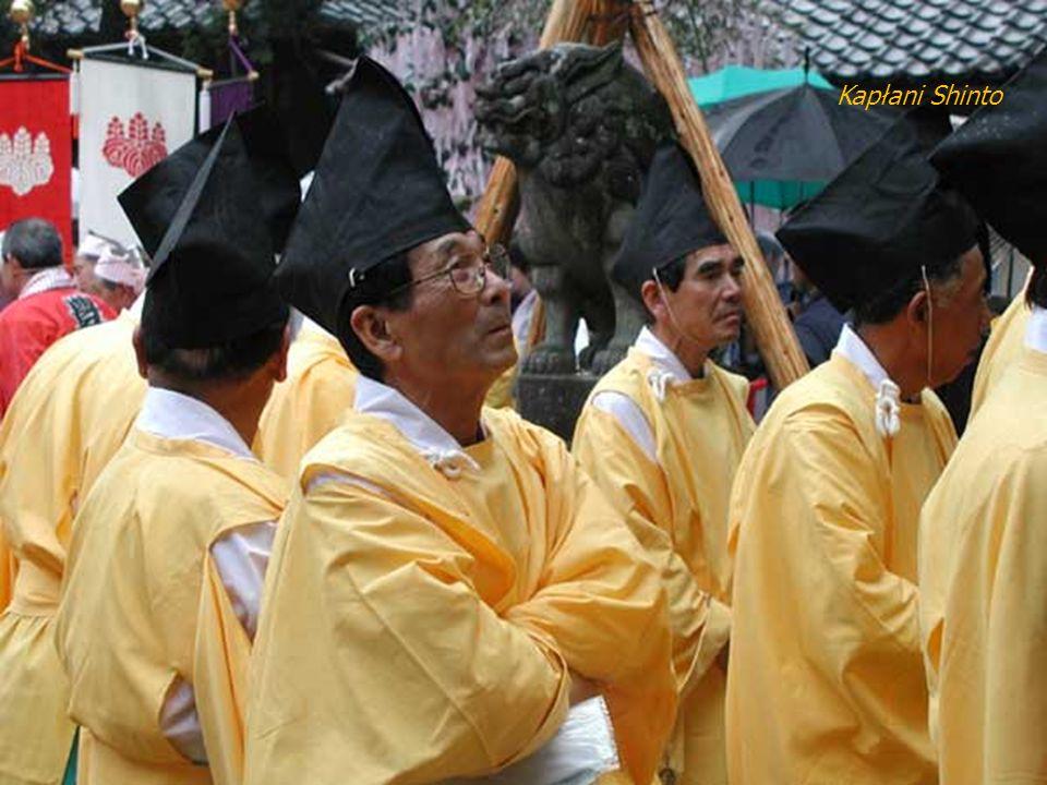 Prowadzący procesję kapłan posypuje drogę po obu stronach solą, celem zapewnienia jej rytualnej czystości.