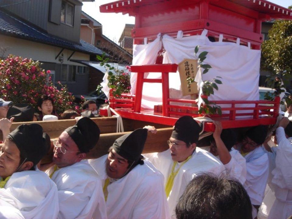 W pierwszym palankinie, w przenośnym sanktuarium (mikoshi) wieziona jest bogini Tamahime-no-mikoto