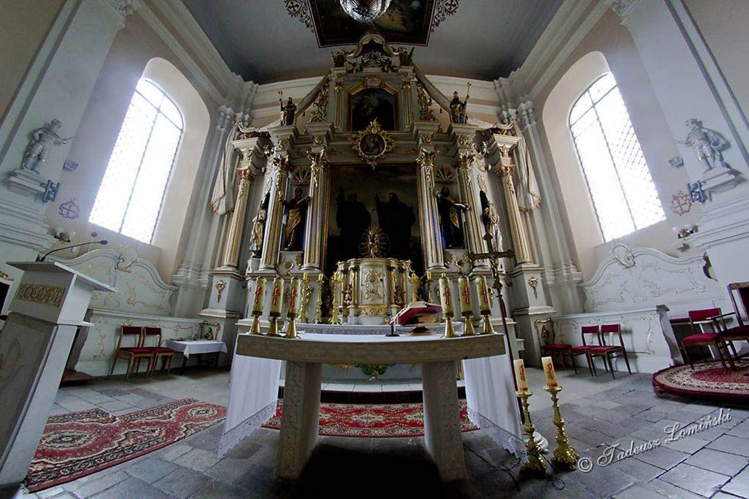 Wieś położona 10 km na zachód od Skarszew w dolinie Wierzycy. Pierwsze wzmianki na jej temat datują się na XII wiek i powiązane są z zakonem Cystersów