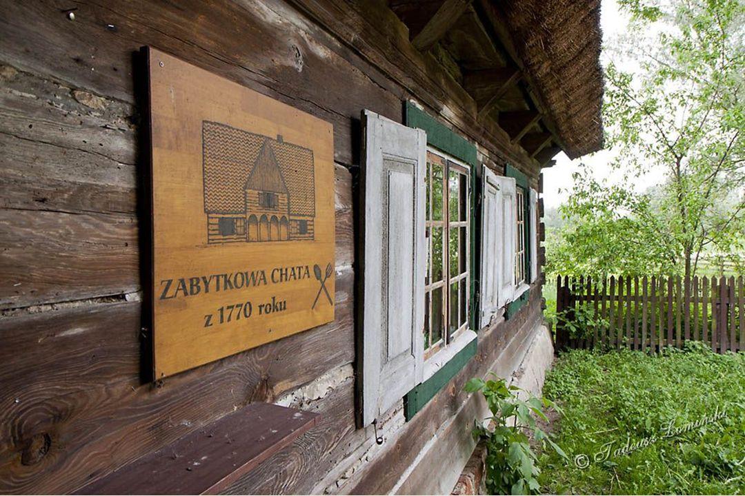 Skansen z chatą po osadnikach holenderskich (mennonitach) sprowadzonych do Polski w XVI w. Zagospodarowywali dolinę Wisły budując system wałów, kanałó