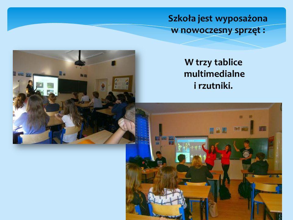 Szkoła jest wyposażona w nowoczesny sprzęt : W trzy tablice multimedialne i rzutniki.