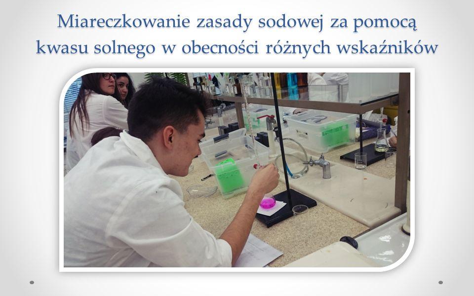 Miareczkowanie zasady sodowej za pomocą kwasu solnego w obecności różnych wskaźników