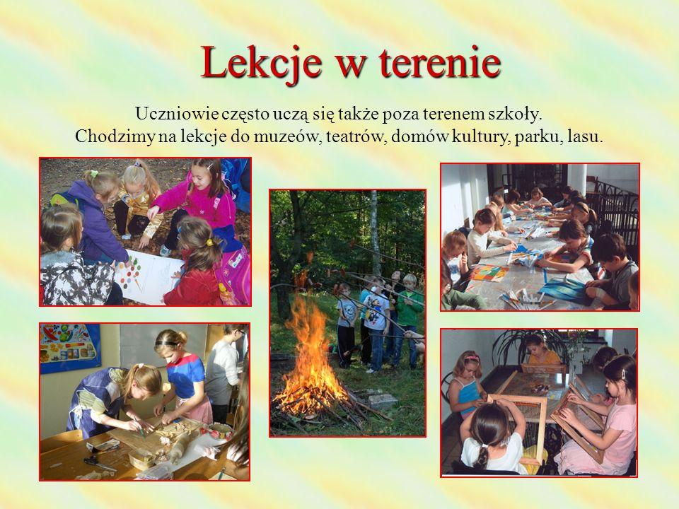 Lekcje w terenie Uczniowie często uczą się także poza terenem szkoły. Chodzimy na lekcje do muzeów, teatrów, domów kultury, parku, lasu.