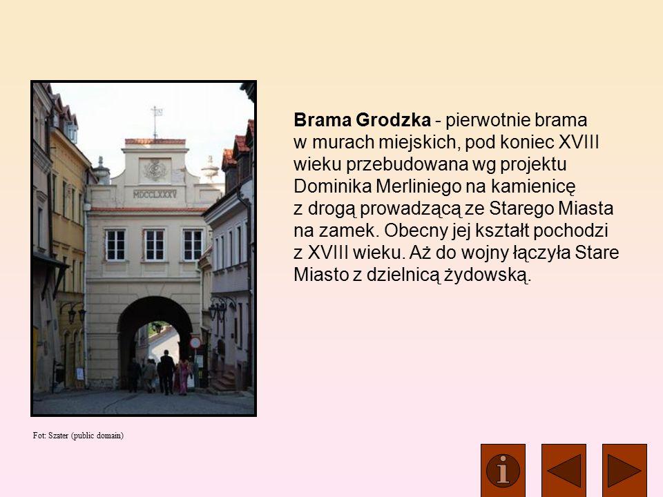 Brama Grodzka - pierwotnie brama w murach miejskich, pod koniec XVIII wieku przebudowana wg projektu Dominika Merliniego na kamienicę z drogą prowadzącą ze Starego Miasta na zamek.