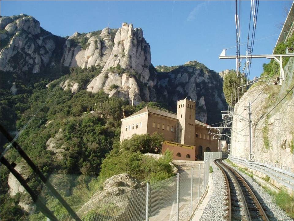 Klasztor Montserrat znajduje się w środku grzbietu u stóp San Jeronimo, o wysokości 1224 m.