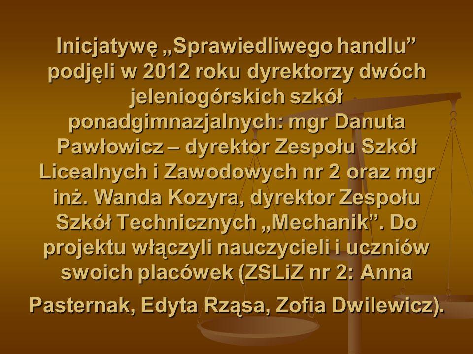 """Inicjatywę """"Sprawiedliwego handlu podjęli w 2012 roku dyrektorzy dwóch jeleniogórskich szkół ponadgimnazjalnych: mgr Danuta Pawłowicz – dyrektor Zespołu Szkół Licealnych i Zawodowych nr 2 oraz mgr inż."""