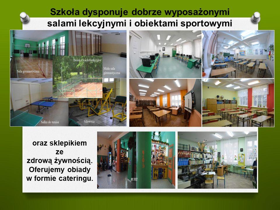 Szkoła dysponuje dobrze wyposażonymi salami lekcyjnymi i obiektami sportowymi oraz sklepikiem ze zdrową żywnością. Oferujemy obiady w formie cateringu