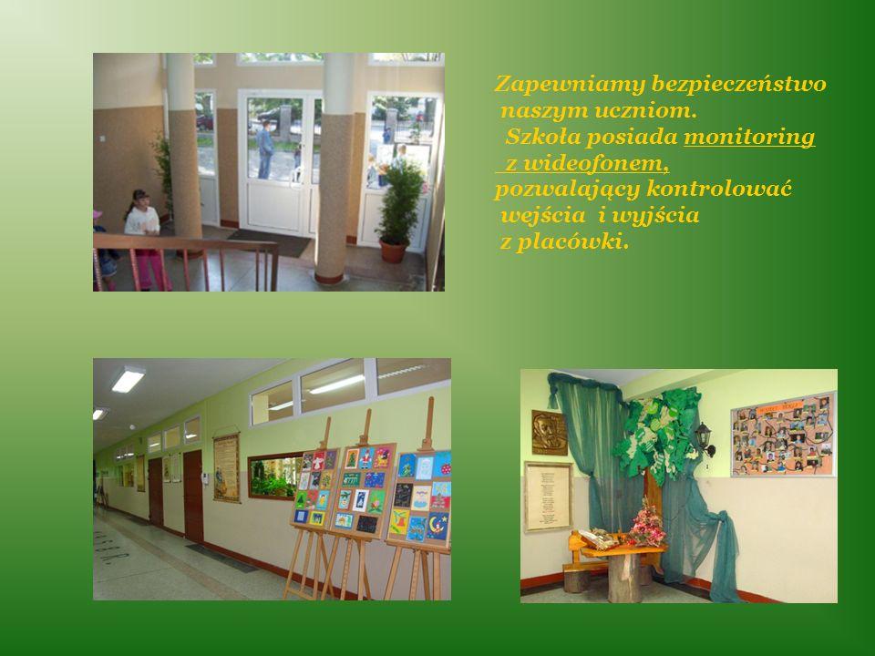 Zapewniamy bezpieczeństwo naszym uczniom. Szkoła posiada monitoring z wideofonem, pozwalający kontrolować wejścia i wyjścia z placówki.