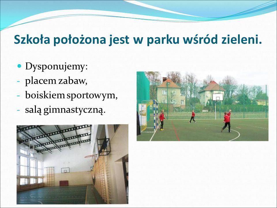 Szkoła położona jest w parku wśród zieleni.