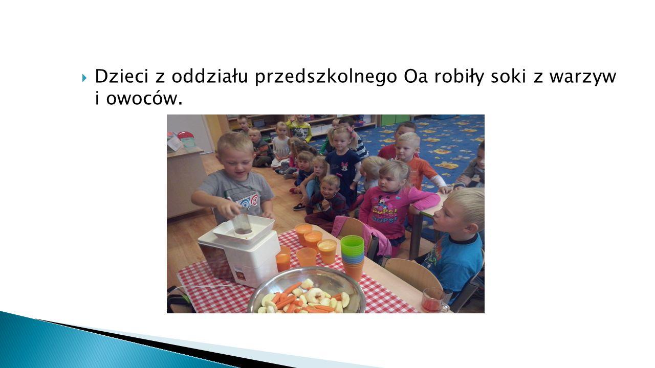  Dzieci z oddziału przedszkolnego Oa robiły soki z warzyw i owoców.
