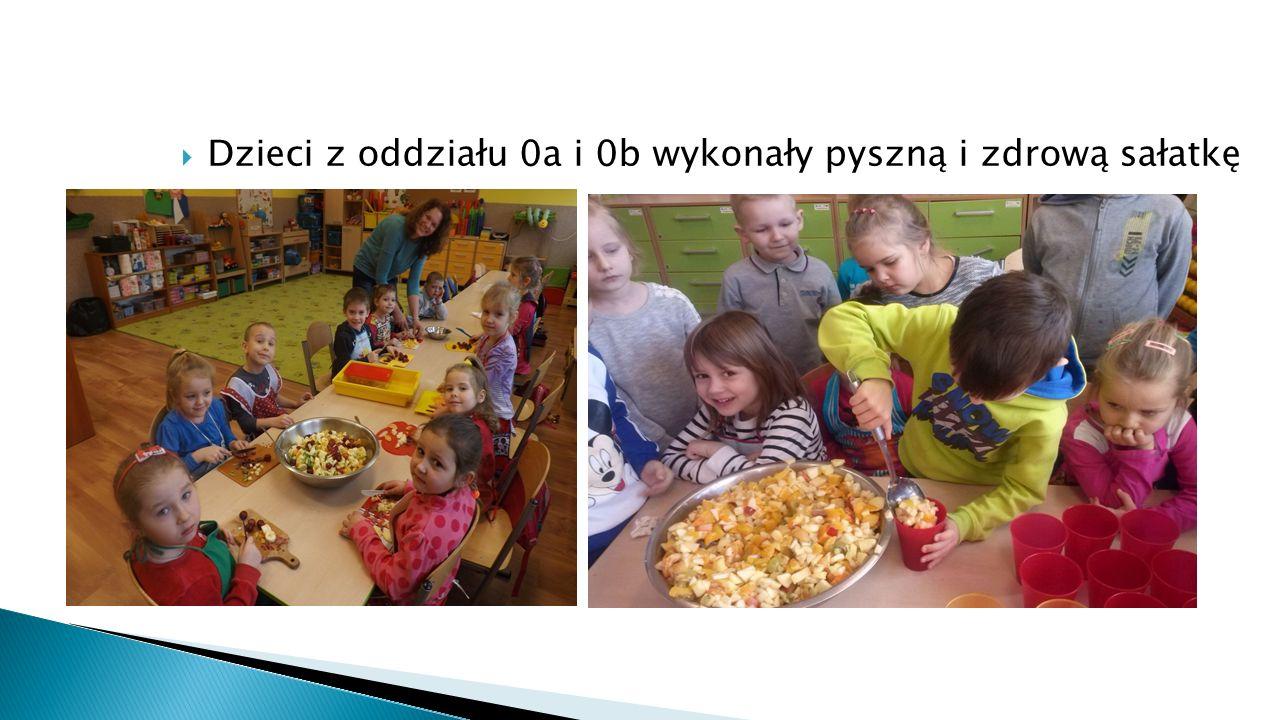  Dzieci z oddziału 0a i 0b wykonały pyszną i zdrową sałatkę owocową.