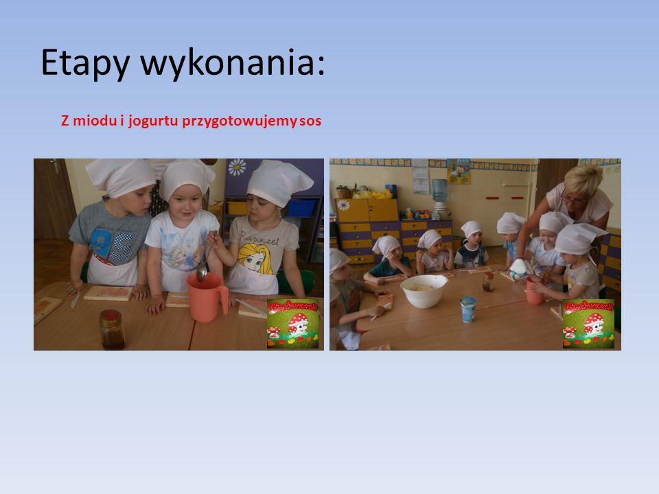 Etapy wykonania: Z miodu i jogurtu przygotowujemy sos