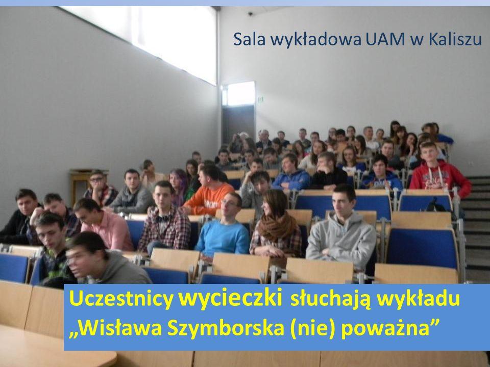 """Sala wykładowa UAM w Kaliszu Uczestnicy wycieczki słuchają wykładu """"Wisława Szymborska (nie) poważna"""