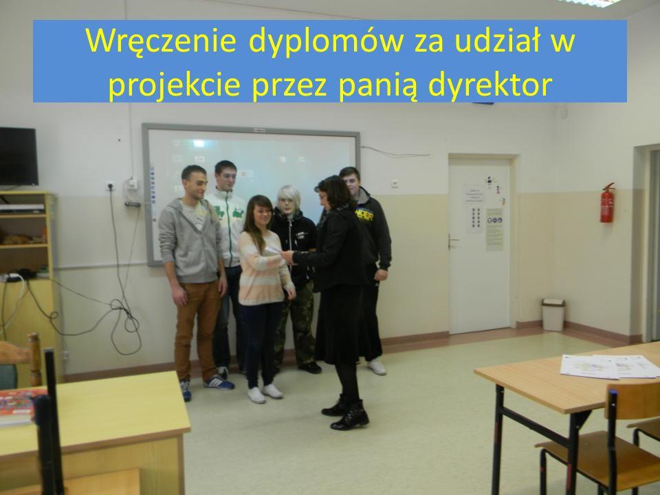 Wręczenie dyplomów za udział w projekcie przez panią dyrektor