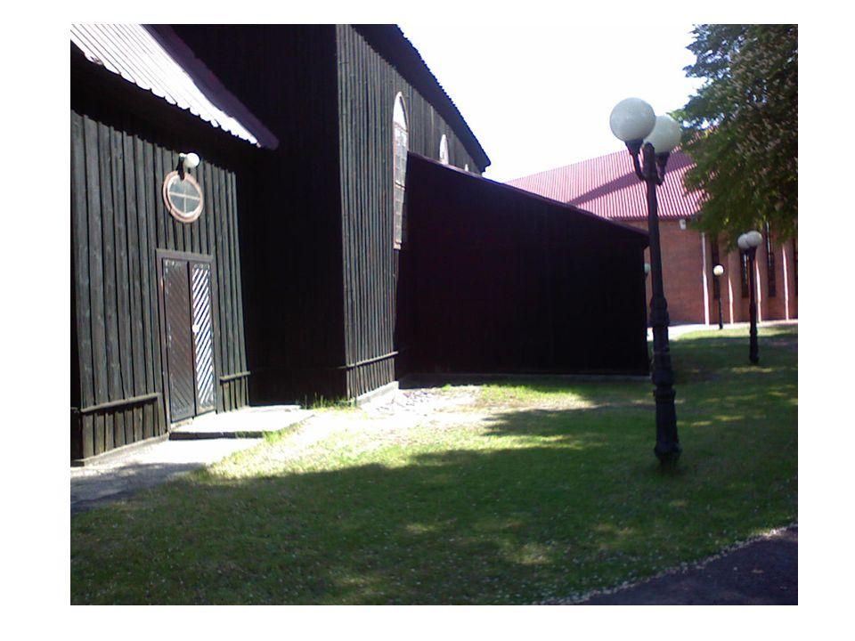  Drzwi główne wejściowe od strony zachodniej są dwuskrzydłowe, drewniane o konstrukcji płycinowej, wzmocnione stalowymi śrubami z półokrągłym łbem.