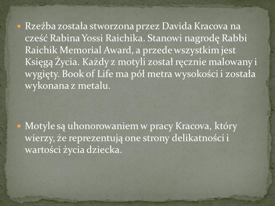 Rzeźba została stworzona przez Davida Kracova na cześć Rabina Yossi Raichika.