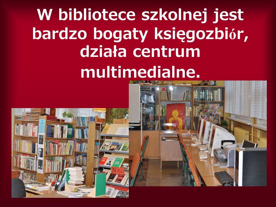 W bibliotece szkolnej jest bardzo bogaty księgozbi ó r, działa centrum multimedialne.