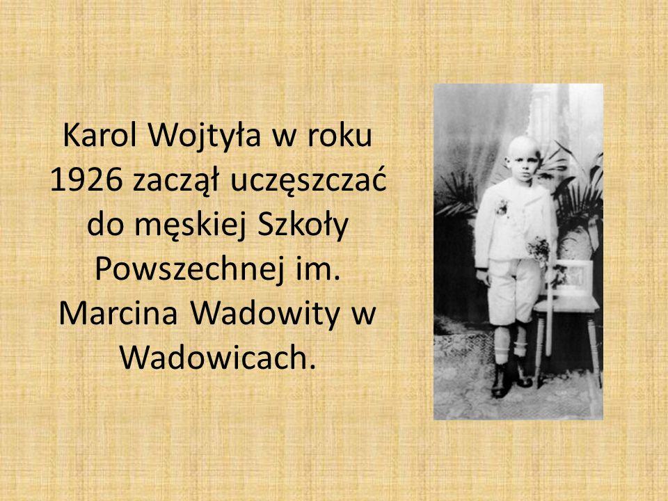 Karol Wojtyła w roku 1926 zaczął uczęszczać do męskiej Szkoły Powszechnej im. Marcina Wadowity w Wadowicach.