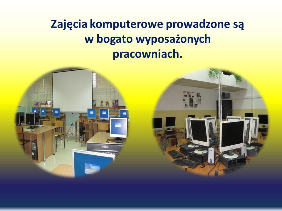 Zajęcia komputerowe prowadzone są w bogato wyposażonych pracowniach.